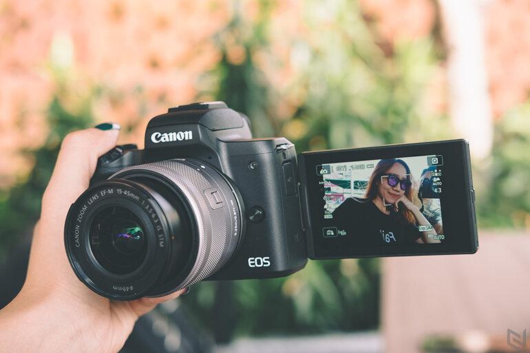 Canon M50 dễ dàng chụp ảnh Selfie với màn hình cảm ứng xoay