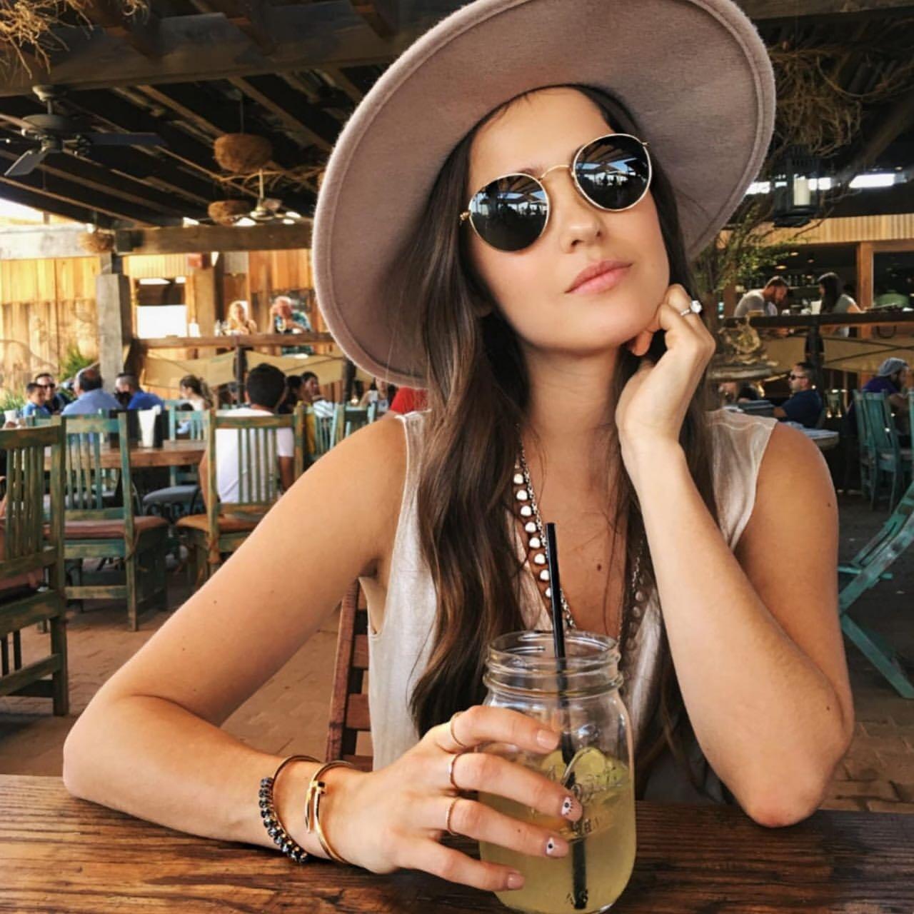 Khoác lên mình chiếc nón rộng vành và kính mát Round Metal RB3447 giúp bạn sành điệu và không kém phần nữ tính