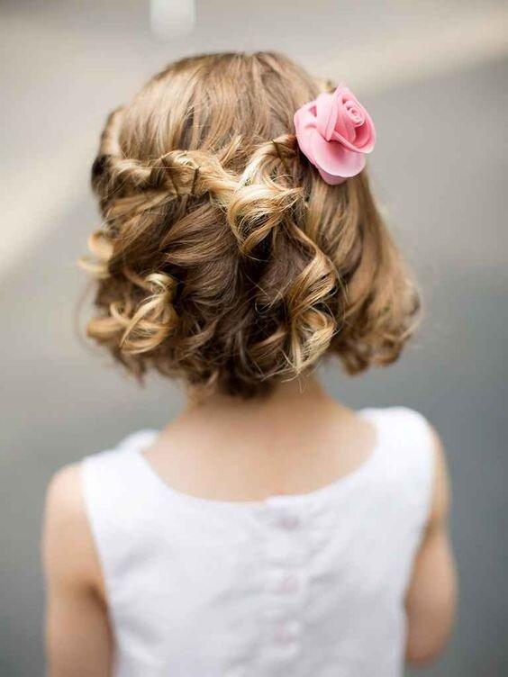 Đây là một kiểu tóc rất cổ điển. Bé chỉ cần lấy hai lọn tóc hai bên, xoắn tròn rồi buộc lại với nhau. Cài lên mái tóc một bông hoa hay chiếc trâm cài nữa là xong!