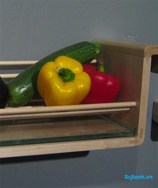 Để giữ hoa quả tươi lâu bạn có thể đặt quả lên một giá, bên dưới đặt một khay nước