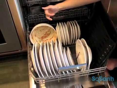 Cần loại bỏ thức ăn thừa trên bát đĩa trước khi cho vào máy rửa bát