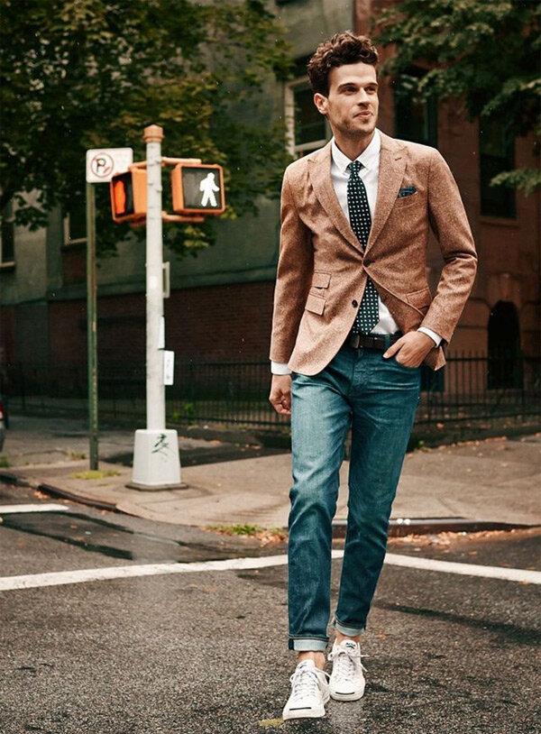 kết hợp giầy sneaker và áo vest