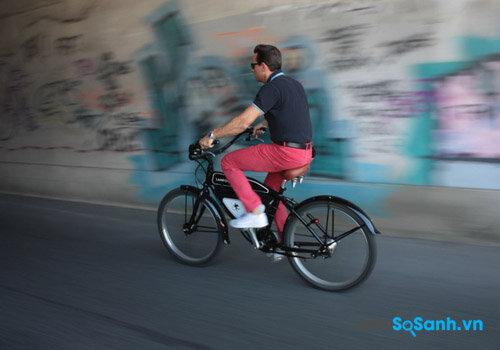 Xe đạp điện chạy pin thường nhẹ nhàng hơn những xe đạp thông thường khá nhiều