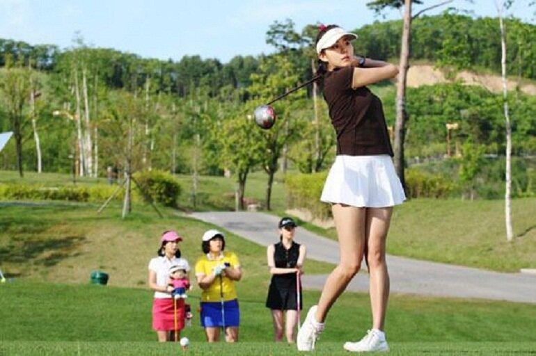 Đẹp và chất lượng là 2 tiêu chí hàng đầu mà các chị em đặt ra khi chọn mua giày golf nữ