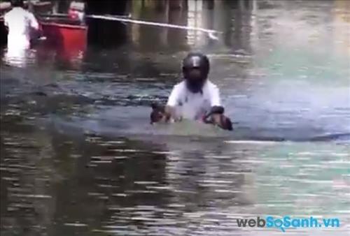 Việc đi qua đường lụt thế này là có thể