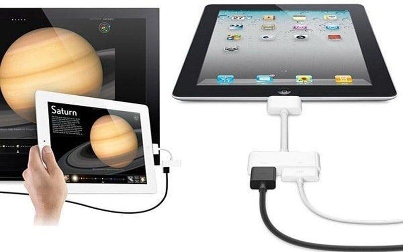 Cắm kết nối iPad vào một thiết bị bất kỳ để mở nguồn iPad