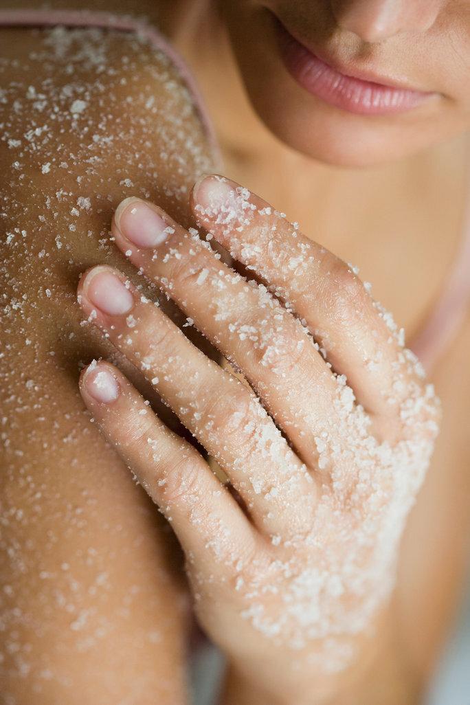 Tẩy da chết bằng các sản phẩm dạng hạt sẽ giúp da phục hồi trạng thái cân bằng tự nhiên