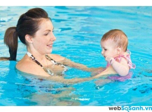 Bơi cùng bé