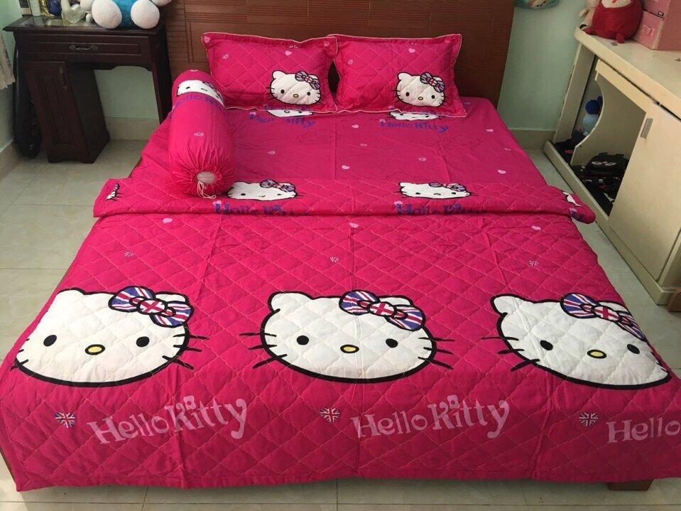 Loại sản phẩm chăn ga gối đệm hình Hello Kitty này với chất liệu cotton thoáng mát, bao gồm một chăn, một tấm trải và một vỏ gối có kích thước khoảng 106x144cm cùng mức giá chừng 1.500.000VND chắc chắn sẽ là một điểm nhấn tuyệt vời cho vẻ đẹp căn phòng bé yêu nhà bạn
