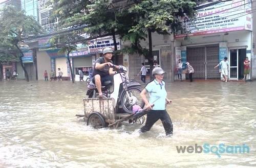 Dịch vụ kéo xe qua đường ngập rất hút khách trong những ngày ngập lụt