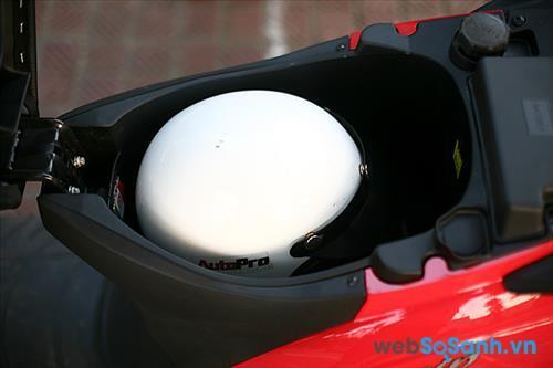 Cốp xe chỉ vừa đủ để chứa 1 mũ bảo hiểm nửa đầu