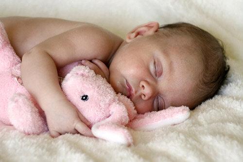Bé được 3 tháng tuổi là độ tuổi mẹ có thể cho bé nằm gối