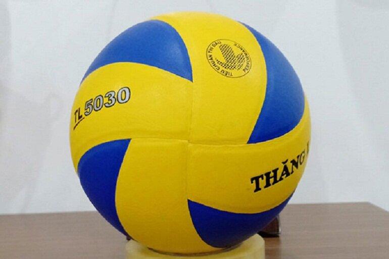 Chọn quả bóng chuyền có hình dáng tròn đều, không méo mó lồi lõm
