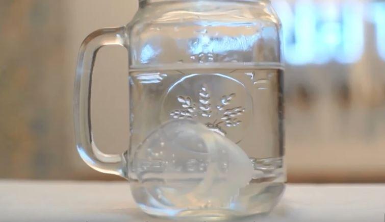Tuyệt trùng cốc nguyệt san bằng viên tuyệt trùng bằng cách cho vào cốc