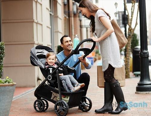 Mẹ nên vệ sinh xe đẩy thường xuyên để bé luôn khỏe mạnh và an toàn