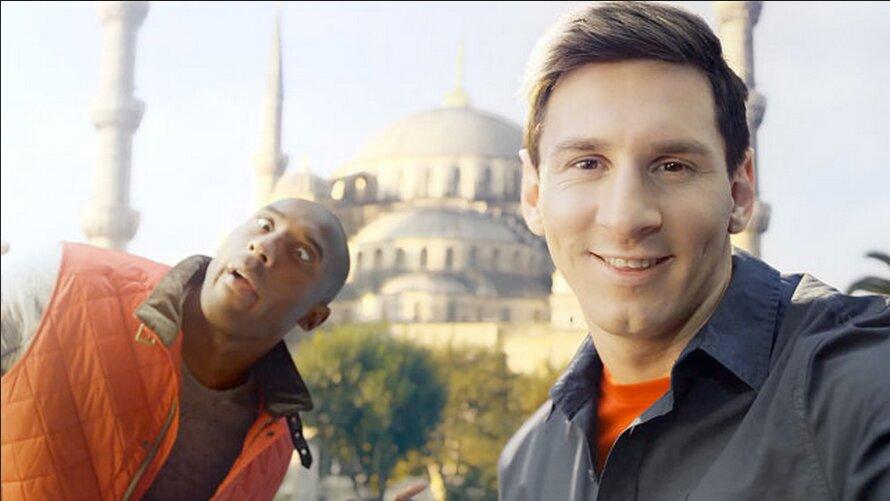 Đối thủ của Ronaldo, Lionel Messi lại có gu điện thoại khác.