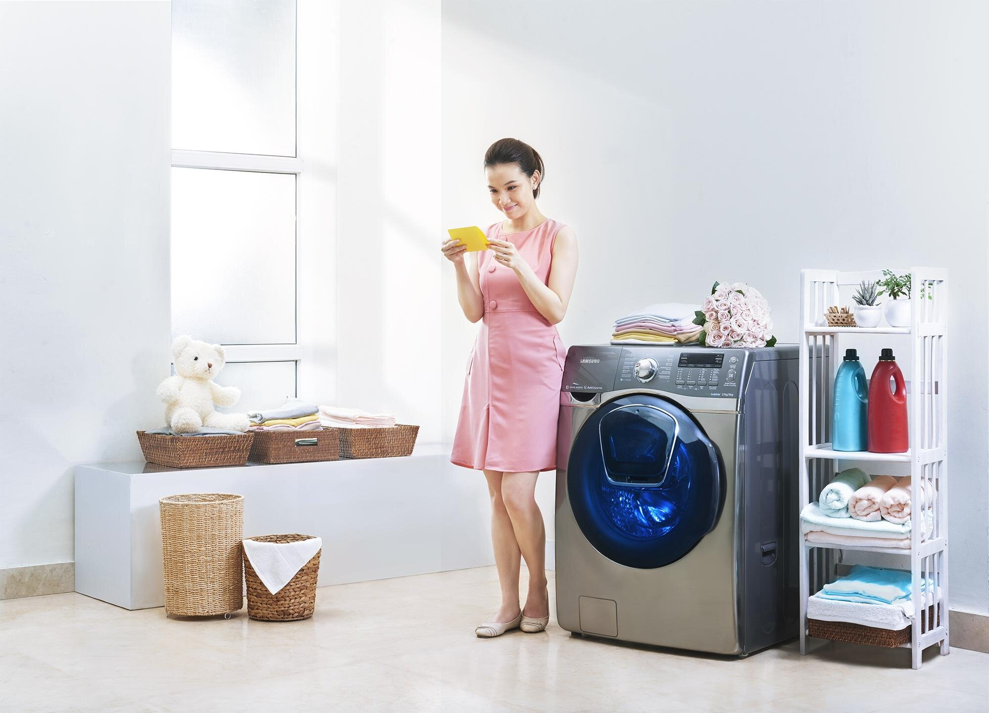 Với máy giặt cửa ngang, hãy lấy quần áo ra và chờ có điện để tiếp tục chương trình giặt.