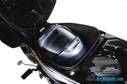 Cốp xe Honda Future có thể chứa vừa một mũ bảo hiểm cả đầu