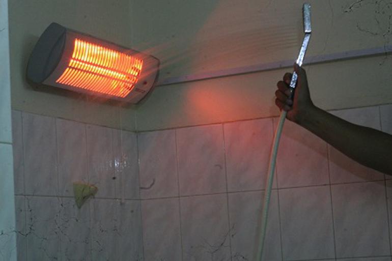 Tuyệt đối không phun nước trực tiếp vào đèn sưởi
