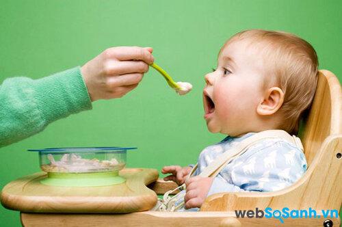 Cho bé ăn bữa nhẹ trước khi lên tàu xe