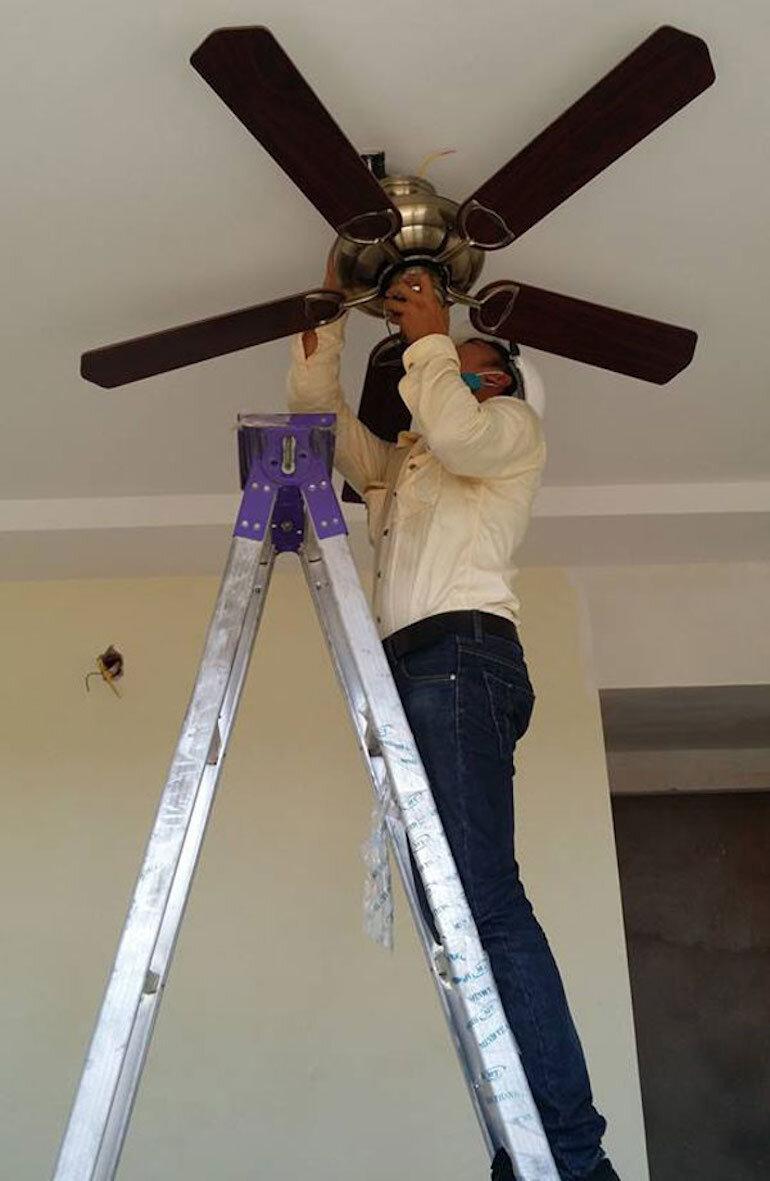 Ngắt nguồn điện là bước đầu tiên trong cách đấu điện quạt trần an toàn