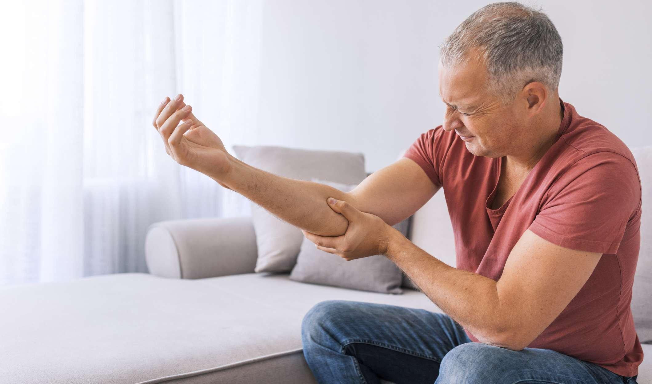 Khô khớp, viêm khớp gây đau đớn và vận động khó khăn