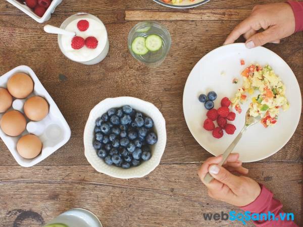 Một bữa sáng chứa nhiều loại hoa quả sẽ cung cấp vitamin cần thiết chống lại stress