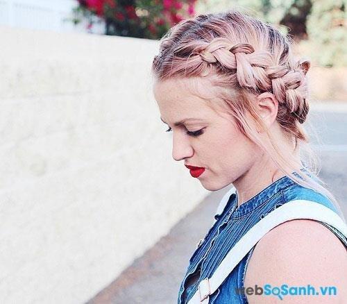 Nếu bạn không thích những kiểu tết tóc trên thì có thể thử nghiệm kiểu tóc này, tóc sẽ được búi lên gọn gàng hơn, trông như một chiếc vương miện vậy!