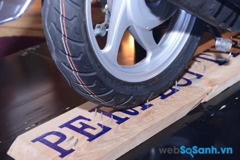 Thử nghiệm khi lốp chống đinh đi qua đinh