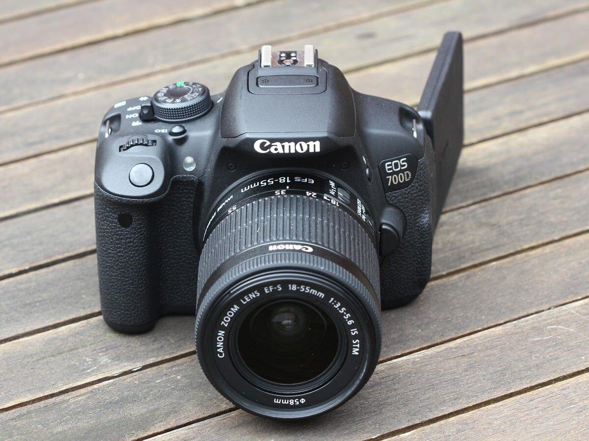 Thiết kế bên ngoài của Canon 700D khá nhỏ gọn