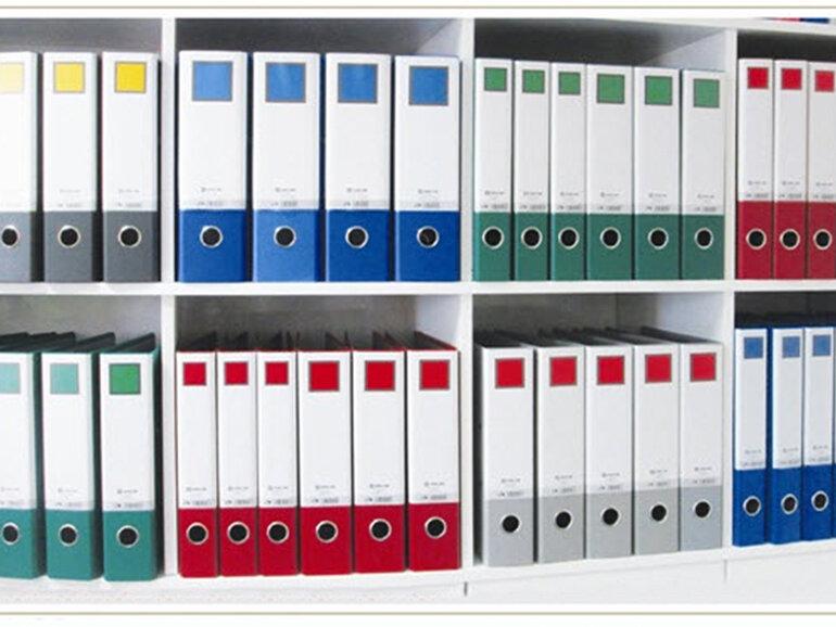 Việc sắp xếp giấy tờ ngăn nắp cho thấy tác phong chuyên nghiệp của một nhân viên văn phòng hiện đại