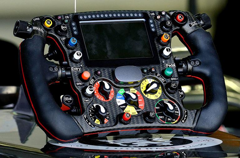 Vô lăng là bộ phận để các tay đua điều khiển và kiểm soát sự hoạt động của xe