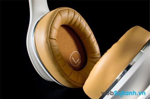 Ốp tai được lót đệm dày nhưng vẫn thoáng và không làm đau tai người đeo
