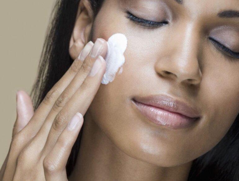 Làm sạch lớp dầu trên da