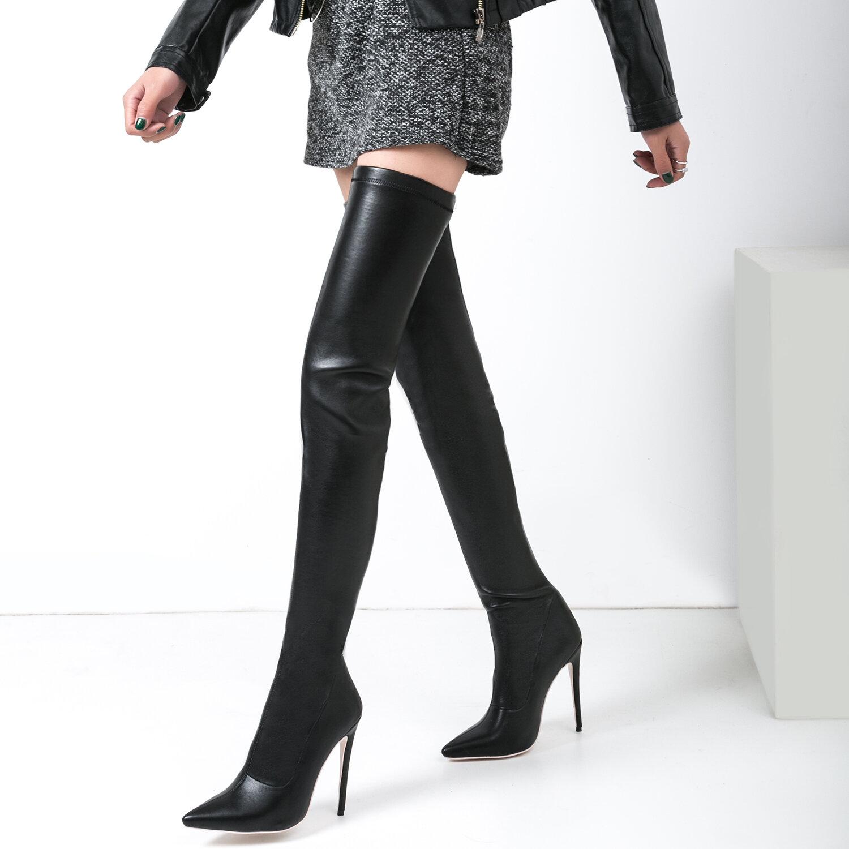 Kiểu giày Stilettos Boots có thể giúp bạn tôn lên đường cong cơ thể khi mix cùng váy, đầm ôm