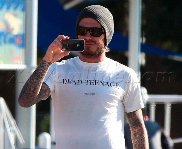 Chính xác thì David Beckham rất yêu thích các dòng sản phẩm của Apple. Thêm một tấm ảnh chụp anh sử dụng iPhone 4/4s.