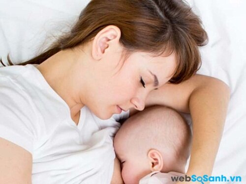 Đặt bé ngủ cạnh bạn