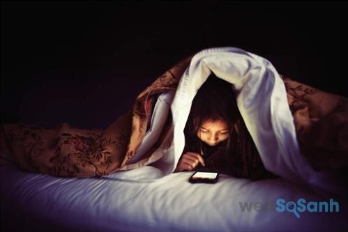 Sử dụng điện thoại trước khi ngủ gây hai cho sức khỏe của bạn