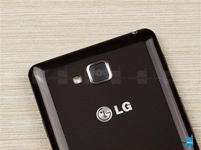 Mặt sau có camera chính, đèn LED Flash và thêm một logo thương hiệu LG nữa
