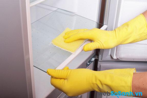 Dùng bọt biển nhẹ nhàng làm sạch bên trong tủ lạnh