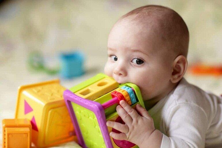 Trẻ nhỏ rất hay cho tay và đồ chơi vào miệng nên các mẹ cần vệ sinh đồ chơi thường xuyên