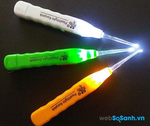 Đồ lấy ráy tai được trang bị thêm đèn LED cho việc nhìn trong tai được dễ dàng hơn