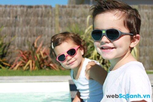 Trẻ cần sử dụng kính chống nắng để bảo vệ mắt tránh khỏi tia UV