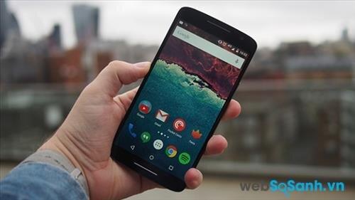 Moto X Play màn hình lớn 5.5 inch, độ phân giải 1080p, cùng mật độ điểm ảnh 401 pixel mỗi inch.