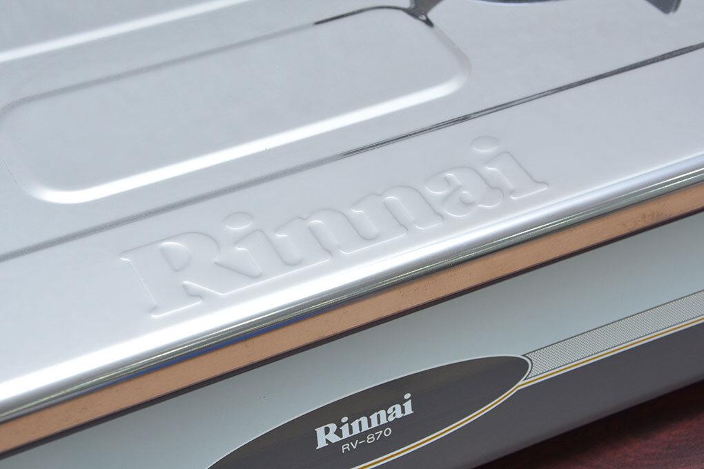 Logo Rinnai trên bếp gas dương
