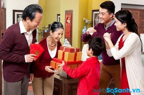Chào hỏi nhiệt tình tất cả anh em họ hàng bên nhà chồng