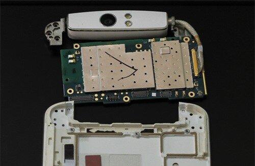 Tách phần mạch điện chính và cụm camera xoay phía trên.