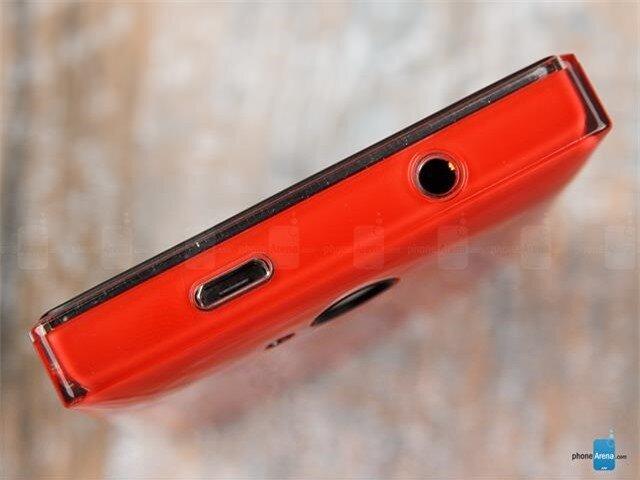 Đỉnh máy có cổng tai nghe 3.5mm và MicroUSB kiêm sạc pin