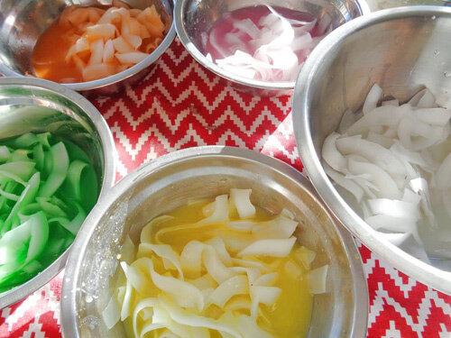 Ướp dừa với đường và các nguyên liệu lấy màu, hương vị