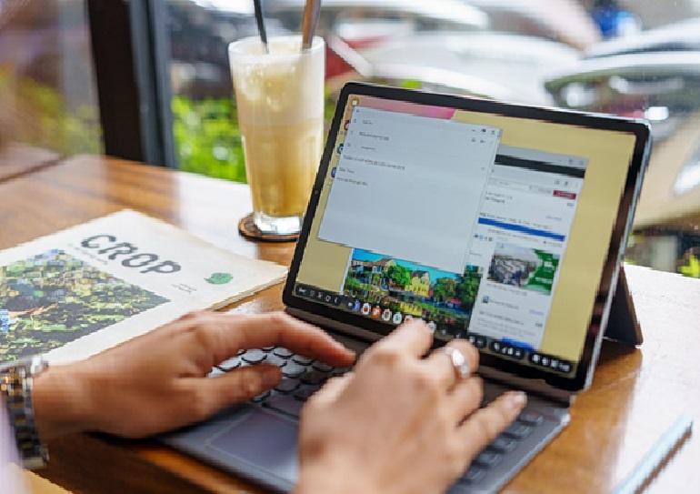 Bàn phím book cover biến máy tính bảng Samsung Galaxy S6 thành một chiếc laptop mini thực thụ